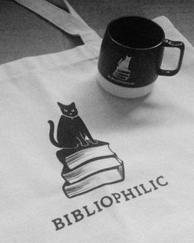 bibliophilicグッズのバッグとカップ